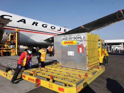 El segundo lote de la vacuna Pfizer-BioNTech COVID-19 se descarga de un avión en el Aeropuerto Internacional de la Ciudad de México.