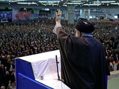 """Jamenei, que ha dirigido por primera vez casi una década el rezo de los viernes, acusa a los manifestantes de """"no tener en cuenta el interés nacional"""" y """"hacer el juego al enemigo"""""""