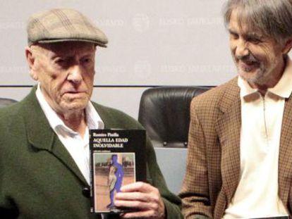 Ramiro Pinilla (izquierda) junto a Ramón Saizarbitoria en noviembre de 2013 en la presentación de los Premios Euskadi.