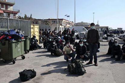 Supervivientes de un naufragio, este viernes en el puerto de Lesbos.