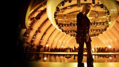 Billie Eilish canta en el escenario del Hollywood Bowl de Los Ángeles en la película 'Happier Than Ever: A Love Letter to Los Angeles'.