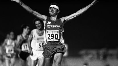El atleta Alejandro Gómez levanta los brazos tras conseguir la victoria en los 10.000 metros en los Campeonatos de España de Atletismo en julio de 1995.