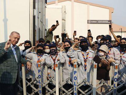 El presidente turco, Recep Tayyip Erdogan, saluda a un grupo de scouts el pasado 31 de julio al llegar a la zona afectada por los incendios que durante dos semanas arrasaron más de 150.000 hectáreas de bosque en el suroeste de Turquía.