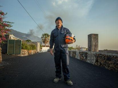 "El geólogo Raúl Pérez, frente a la llamada ""zona de guerra"" del volcán de La Palma."