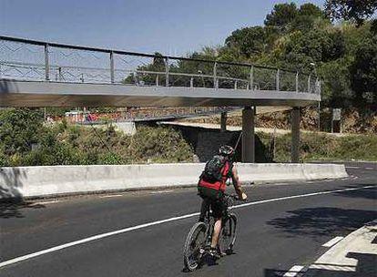La pasarela cruza sobre la carretera que une Sarrià con Vallvidrera.