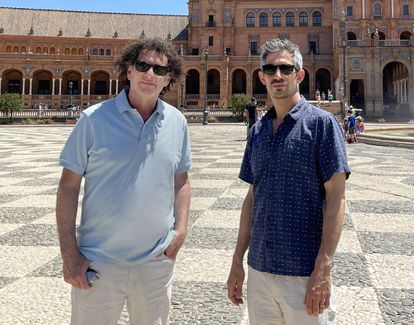 Los documentalistas Michael Dweck (izquierda) y Gregory Kershaw, en la Plaza de España de Sevilla.