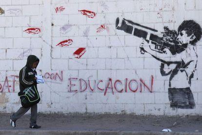 Un mural en Ciudad Juárez muestra a un niño disparando un arma cargada con materiales escolares.