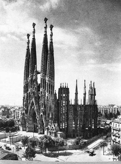 La Sagrada Familia, en los años veinte con sólo la fachada del Nacimiento construida. A la derecha,