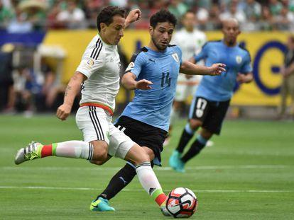 El mediocampista mexicano Andrés Guardado (izquierda) durante el primer partido del Grupo B contra Uruguay.