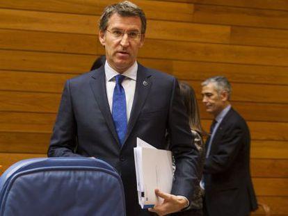 Feijóo, junto a su escaño del Parlamento