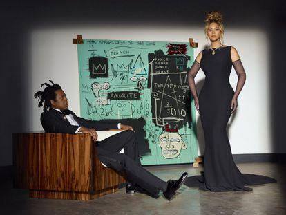 Los cantantes Jay-Z y Beyoncé posan delante de un cuadro de Jean-Michel Basquiat para un anuncio de la joyería Tiffany.