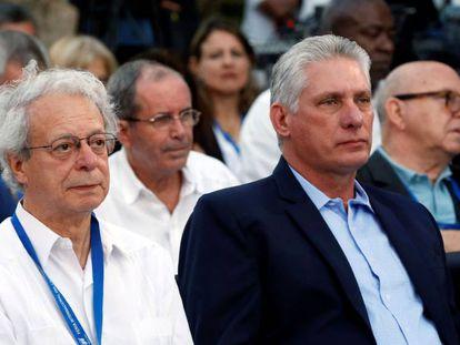 El presidente cubano Miguel Diaz-Canel (derecha) asiste a la inauguración de la 28° Feria Internacional del Libro de La Habana.