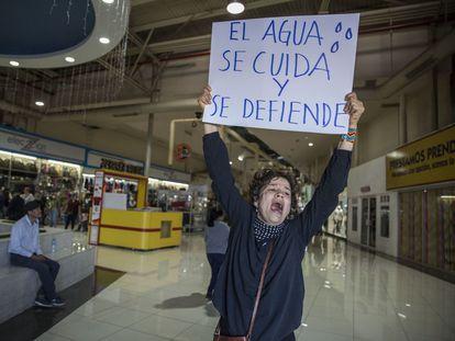 Una activista contra la empresa cervecera en Mexicali este sábado.
