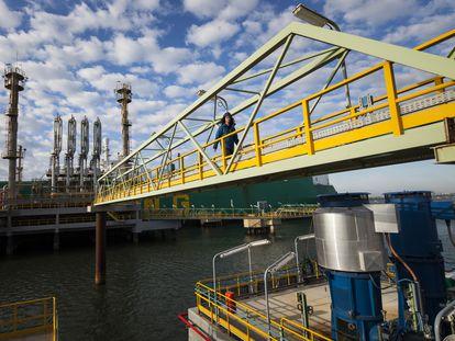 La planta de regasificación de Enagás en Huelva, situada en la desembocadura de los ríos Tinto y Odiel.