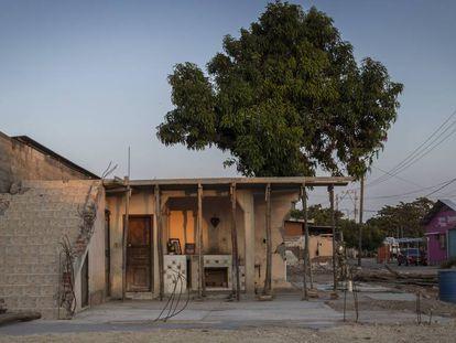 Los restos de una casa de Juchitán, al atardecer.