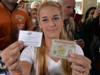 Lilian Tintori votando hoy en Caracas. AFP PHOTO/LUIS ROBAYO