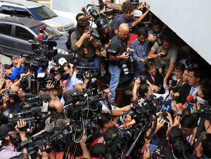 El dirigente de la oposición venezolana, Juan Guaidó, atiende a los medios a las puertas de su casa en Caracas, en enero.