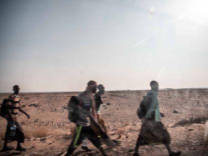 Migrantes etiopes caminan a través de las carreteras y desiertos del sur de Yemen en su ruta hacia Arabia Saudí.