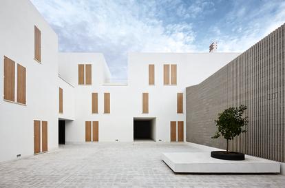 Las viviendas VPO Sa Pobla, de RipollTizon, guardan el sabor tradicional de las construcciones mallorquinas, al que el estudio incorpora con sensibilidad y rigor las necesidades contemporáneas.