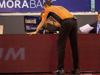El árbitro Alberto Conde revisa el Instant Replay en un partido de la ACB.