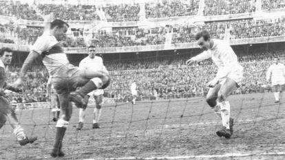 Pepillo cabecea ante Quirant, el partido contra el Elche de 1958.