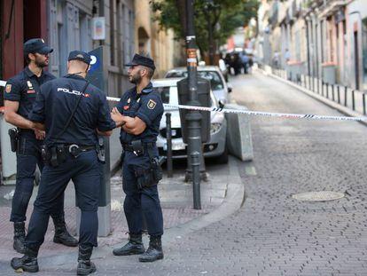 Tres agentes de la Policía Nacional, en el barrio madrileño de Malasaña, en una foto de archivo.