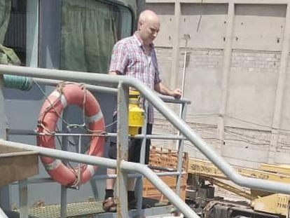 El marinero gallego Pablo Costas, pasea por el 'Cobija', en Yemen, a comienzos de agosto.