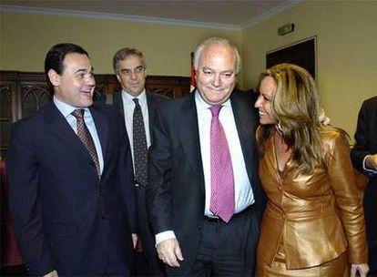 El ministro de Exteriores, Miguel Ángel Moratinos, flanqueado por su homólogo paraguayo, Rubén Ramírez, y la secretaria de Estado para Iberoamérica, Trinidad Jiménez, ayer en Córdoba.