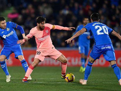 Messi, rodeado de varios rivales durante el Getafe-Barcelona del domingo.