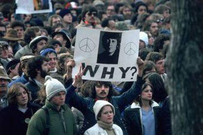 Ocho de diciembre de 1980. John Lennon acaba de ser asesinado por Mark Chapman. Miles de seguidores salen a manifestarse. En la pancarta se preguntan: ¿Por qué?