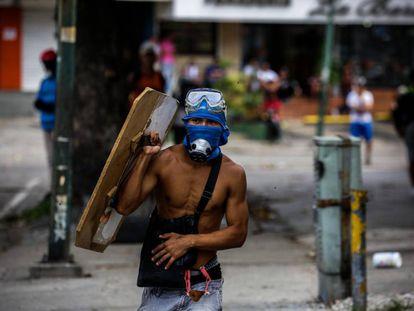Un manifestante opositor en Caracas, este domingo.