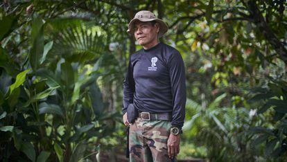 José Gregorio, líder de la Guardia Indígena del Ambiental (G.I.A.), posa para un retrato en las selvas amazónicas que rodean el río Amacuyacu a su paso por Colombia. Pincha en la imagen para ver la fotogalería.