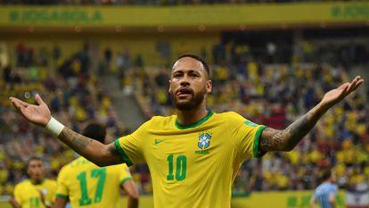 Neymar celebra su gol ante Uruguay por las eliminatorias sudamericanas al Mundial, en el Arena Amazonia, en Manos.