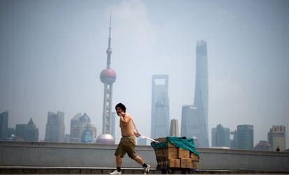 Un hombre tira de un carrito a las afueras de Shanghai.