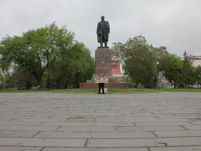 """Xavi pide """"democracia real ya"""" en el centro de Omsk."""