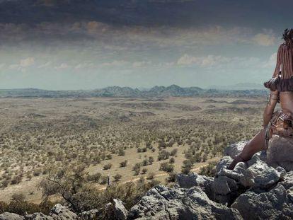 Una mujer himba mira un paisaje en Opuwo (Namibia).