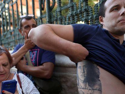 Fans esperan para acceder a la capilla ardiente de Camilo Sesto.