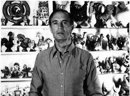 El crítico Juan Ramírez de Lucas, fotografiado junto a su colección de objetos de arte popular.