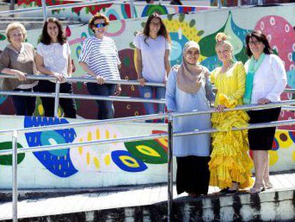Inmigrantes árabes, africanas y latinoamericanas se forman en el taller de costura de una ONG en Sevilla que les abre la puerta a contactos profesionales y a autoemplearse