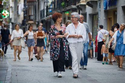 Iciar Bollain (izquierda) y Maixabel Lasa pasean este verano por Tolosa.