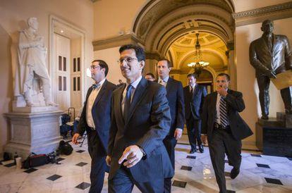 El líder de la mayoría republicana Eric Cantor abandona la Cámara de Representantes.