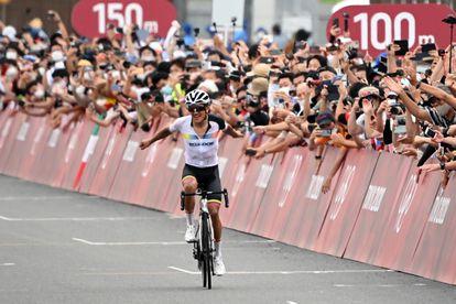 Richard Carapaz celebra después de ganar la carrera de ciclismo masculino de los Juegos Olímpicos de Tokio.