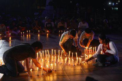 Activistas indonesios asisten a una vigilia en solidaridad con las víctimas de violencia sexual en mayo de 2016 en Yakarta, Indonesia.