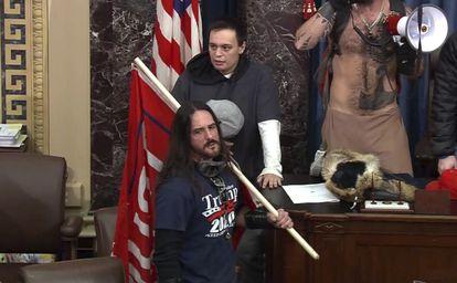 Paul Allard Hodgkins porta una bandera, en el Senado estadounidense, el pasado 6 de enero.