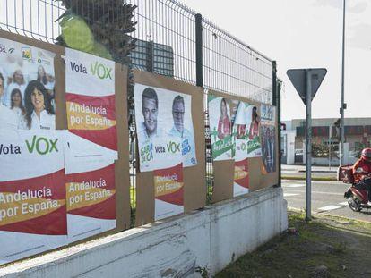 Carteles electorales de las cinco formaciones políticas que posiblemente obtengan representación en la cámara andaluza. En vídeo, las causas del auge de Vox en Almería. FOTO: PACO PUENTES (EL PAÍS) | VÍDEO: EPV