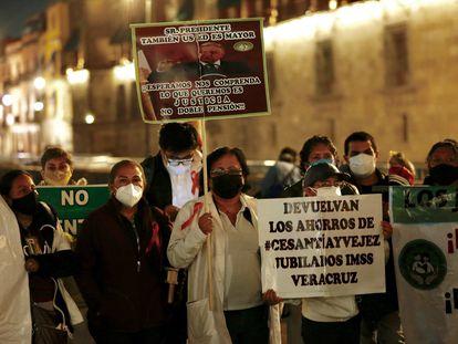 Una protesta de médicos jubilados, en julio en Ciudad de México.