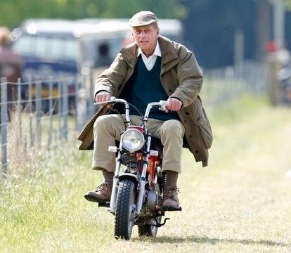 El príncipe Felipe conduce una motocicleta en miniatura durante l edición de 2005 de Royal Windsor Horse Show.