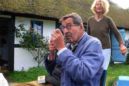 Günter Grass y su esposa, Ute, en la casa que poseen en la isla de Mon, en Dinamarca.
