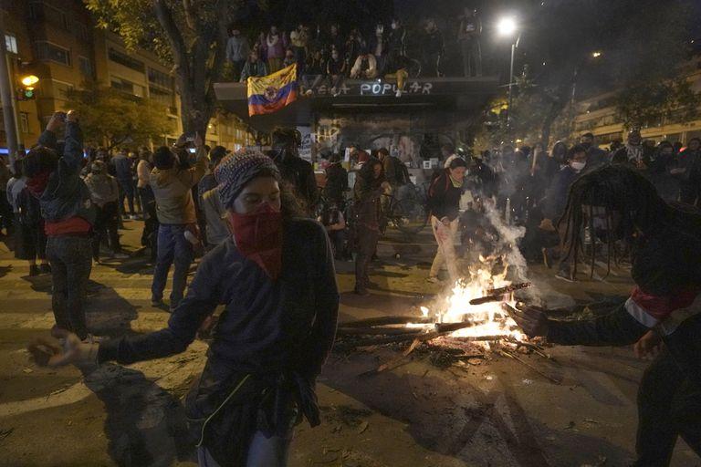 Manifestantes protestan el 11 de septiembre en Bogotá, Colombia.