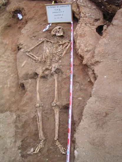 Esqueleto de una fosa común en La Puebla de Cazalla (Sevilla).